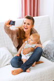 Mamma che fa le foto con il suo bambino bello Fotografia Stock