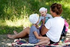 Mamma che gioca con i suoi bambini fotografie stock libere da diritti