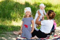 Mamma che gioca con i suoi bambini fotografia stock