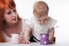 Mamma che gioca con la sua piccola figlia fotografia stock libera da diritti