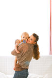Mamma che mostra a bambino qualcosa indicando nella macchina fotografica Fotografia Stock