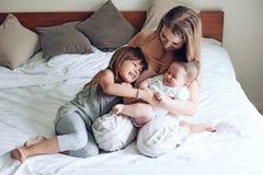 Mamma con i bambini Fotografie Stock
