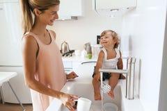 Mamma con il bambino nella cucina Fotografia Stock Libera da Diritti