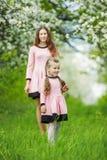 Mamma con il giardino del bambino fotografia stock libera da diritti