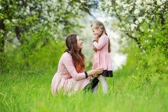 Mamma con il giardino del bambino immagine stock