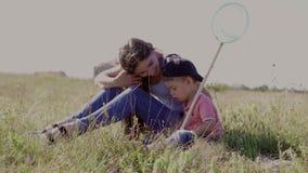 Mamma con le farfalle del fermo del figlio stock footage