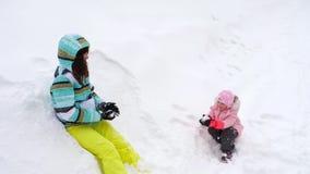 Mamma con le palle di neve di tre anni di un gioco della figlia archivi video