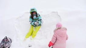 Mamma con le palle di neve di tre anni di un gioco della figlia video d archivio