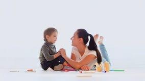 Mamma con un gioco del ragazzino e assorbire la stanza video d archivio
