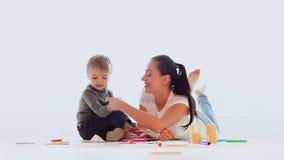 Mamma con un gioco del ragazzino e assorbire la stanza archivi video