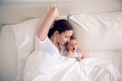 Mamma con una menzogne neonata del figlio Fotografia Stock Libera da Diritti