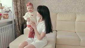 Mamma con una neonata nelle sue armi Concetto di maternità archivi video