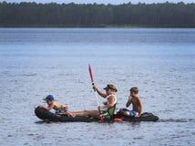 Mamma dell'istituto universitario e kayak dei figli Immagini Stock Libere da Diritti