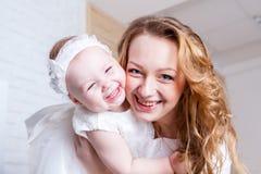 Mamma di esultanza con sua figlia Fotografie Stock