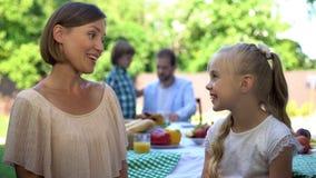 Mamma die aan dochter spreken terwijl papa die gesprek met zoon hebben, vertrouwensrelaties royalty-vrije stock afbeeldingen