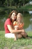 Mamma, die draußen Tochter umarmt lizenzfreie stockbilder