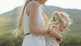 Mamma die haar blonde kleine dochter in omcirkelen stock video