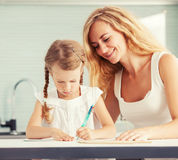 Mamma die haar daughter do homework helpen Royalty-vrije Stock Afbeelding
