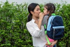 Mamma die haar dochter met snack voeden alvorens naar school te gaan Terug naar school en onderwijsconcept Huis zoet huis en gelu royalty-vrije stock afbeelding