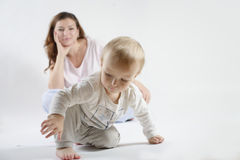 Mamma die haar speelzoon bekijken Stock Foto