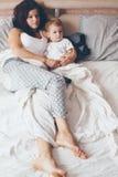 Mamma die met haar weinig zoon ontspannen Royalty-vrije Stock Fotografie