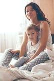 Mamma die met haar weinig zoon ontspannen Royalty-vrije Stock Foto's
