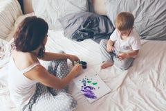Mamma die met haar weinig zoon ontspannen Stock Foto's