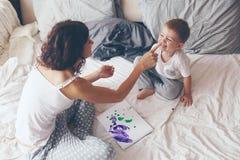 Mamma die met haar weinig zoon ontspannen Stock Afbeelding