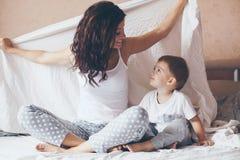 Mamma die met haar weinig zoon ontspannen Royalty-vrije Stock Afbeeldingen