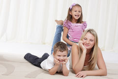 Mamma, die mit Kindern spielt Stockfotos