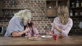 Mamma die pret met dochter kokende koekjes hebben stock video
