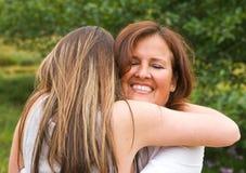 Mamma, die Umarmung empfängt Lizenzfreies Stockfoto