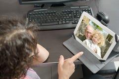 Mamma die verre op Internet telefoneren stock afbeelding