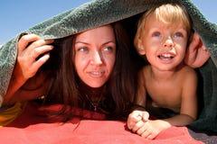 Mamma, die Verstecken mit ihrem Sohn spielt Lizenzfreie Stockfotos