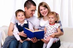 Mamma, dochter, zoon en papa Stock Foto's