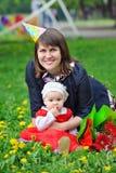 Mamma e bambina sorridenti all'aperto Fotografie Stock