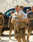 Mamma e bambino che godono del giorno alla corsa del fango Immagine Stock Libera da Diritti