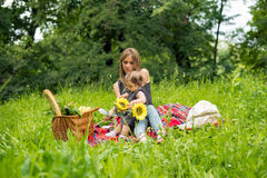 Mamma e bambino che hanno picnic fotografia stock libera da diritti