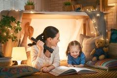Mamma e bambino che leggono un libro fotografia stock