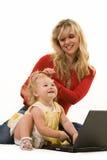 Mamma e bambino con il computer portatile Fotografie Stock