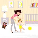 Mamma e bambino nella stanza dei bambini I primi seps del bambino Fotografie Stock Libere da Diritti