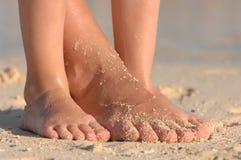 Mamma e bambino/piedi alla spiaggia Fotografia Stock