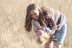 Mamma e bambino sorridenti Fotografia Stock