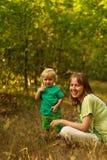 Mamma e bambino thoughful in natura Fotografie Stock Libere da Diritti