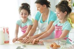 Mamma e cuoco delle figlie Fotografie Stock Libere da Diritti