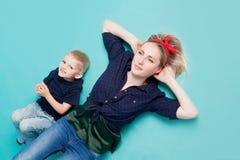 Mamma e figli, ritratto su fondo blu immagini stock