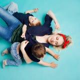 Mamma e figli, ritratto su fondo blu fotografia stock libera da diritti