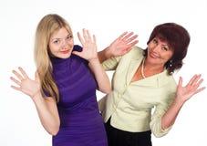 Mamma e figlia adulte su bianco Immagine Stock