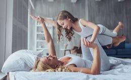 Mamma e figlia a casa immagini stock libere da diritti