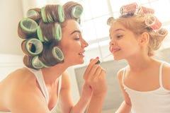 Mamma e figlia a casa fotografia stock libera da diritti